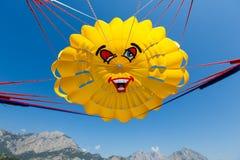 Flyg med en hoppa fallskärm över havet Royaltyfri Foto