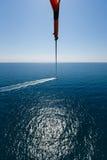 Flyg med en hoppa fallskärm över havet Royaltyfria Foton