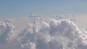 Flyg mellan moln stock video