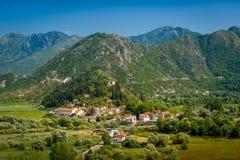 Flyg- Montenegro landskap med den Virpazar staden och berg av Skadar sjönationalparken Royaltyfria Foton