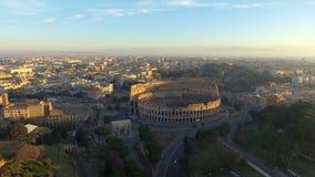 Flyg in mot Colosseum också som är bekant som oval amfiteatermitt Rome Italien för Coliseum eller Flavian Amphitheater eller Colo stock video