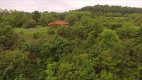 Flyg nära huset som lokaliseras i skogen arkivfilmer