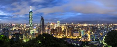 Flyg- nattplatsbild av Taipei stadsljus, Taiwan royaltyfri bild