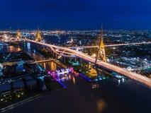 Flyg- nattsikt av den Bhumibol bron, med den ljusa slingan på gatan Arkivfoton