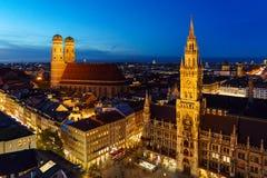 Flyg- nattsikt av det nya stadshuset på Marienplatz i Munich, lodisar arkivfoton