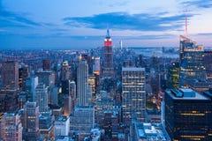 Flyg- nattsikt av Manhattan horisont - New York - USA Royaltyfri Bild