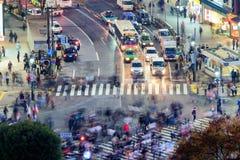 Flyg- nattsikt av upptagen trafik och gata av Tokyo, Japan fotografering för bildbyråer