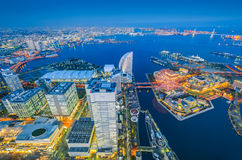 Flyg- nattsikt av Yokohama Cityscape på Minato Mirai Royaltyfri Foto