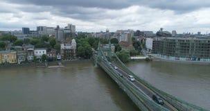 Flyg- nedgående sikt av den Hammersmith bron och flodThemsen i London arkivfilmer