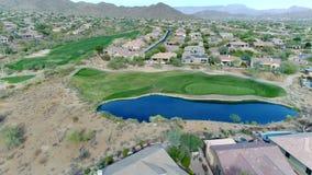 Flyg- nordlig Arizona golfbanagräsplan och vattenfara stock video