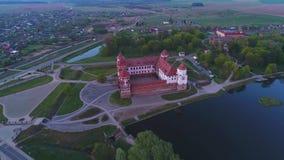 Flyg ovanför den gamla Mir-slotten, flyg- video för afton _ arkivfilmer