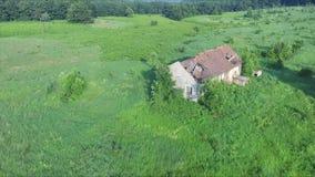 Flyg ovanför det gamla övergav och förstörda huset i berget stock video
