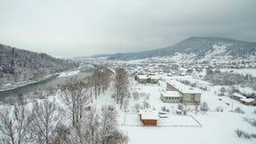 Flyg- flyg ovanför floden i vinter flod som slingrar till och med att bedöva snöig vinterlandskap stock video