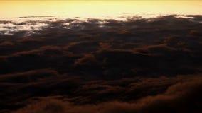 Flyg ovanför fluffiga moln stock video