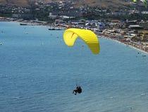 Flyg på en paraglide med instruktören Arkivbild