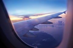 Flyg på solnedgång Fotografering för Bildbyråer