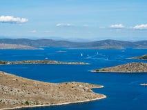 Flyg- paAerial panoramautsikt av öar i Kroatien med många som seglar yachnoramic sikt av öar i Kroatien med många seglingya Fotografering för Bildbyråer