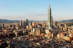 Flyg- panorama över i stadens centrum Taipei, huvudstad av Taiwan med sikt av det framstående Taipei 101 tornet under skyskrapor Arkivbilder