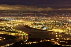Flyg- panorama över Taipei, huvudstad av Taiwan, på en guld- dyster afton Arkivfoto