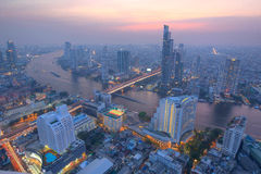 Flyg- panorama av Bangkok i aftonskymning Royaltyfri Foto