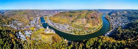 Flyg- panorama av Cochem med den Reichsburg slotten och den Moselle floden germany royaltyfria bilder