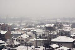 Flyg- panorama av den bulgarian staden i snö Arkivfoton