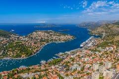 Flyg- panorama av den Dubrovnik hamnen Arkivfoton