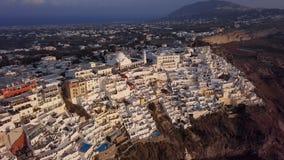 Flyg- panorama av den Fira staden, Santorini lager videofilmer