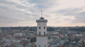 Flyg- panorama av den forntida europeiska staden Lviv, Ukraina Stadshus Ratush arkivfoto