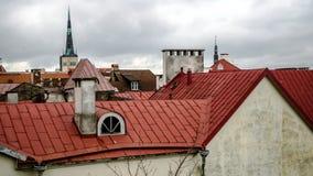 Flyg- panorama av den gamla staden med den stadshus- och Toompea kullen arkivfoton