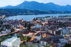 Flyg- panorama av den härliga Lucerne staden vid lakesiden med trä royaltyfria foton