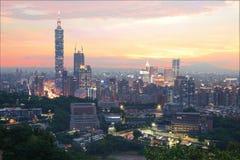 Flyg- panorama av den i stadens centrum Taipei staden med det Taipei 101 tornet bland skyskrapor under dramatisk himmel Arkivbilder