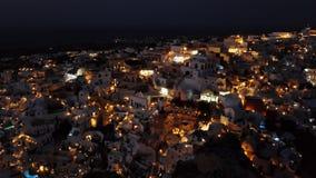 Flyg- panorama av den Oia staden på natten, Santorini stock video