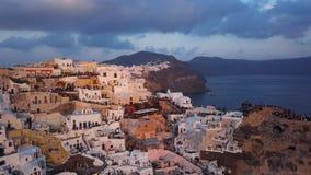 Flyg- panorama av den Oia staden på solnedgången, Santorini arkivfilmer