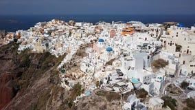 Flyg- panorama av den Oia staden, Santorini lager videofilmer