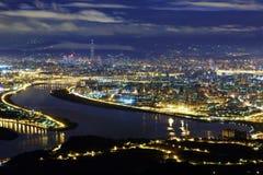 Flyg- panorama av den Taipei staden i en blå dyster natt Arkivbilder