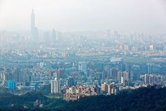 Flyg- panorama av den Taipei staden i morgondimma med sikt av den Taipei gränsmärket i city arkivbilder