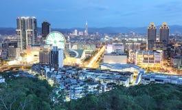 Flyg- panorama av den upptagna Taipei staden i skymning Arkivfoton