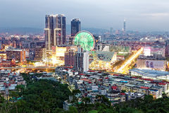 Flyg- panorama av den upptagna Taipei staden i skymning med sikt av jätte- ferris rullar in Dazhi kommersiella område och taipei  Royaltyfri Bild