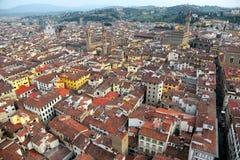 Flyg- panorama av Florence den gamla staden uppifrån av Florence Cathedral Il Duomo di Firenze med en sikt av fullsatta hus Fotografering för Bildbyråer