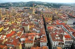 Flyg- panorama av Florence den gamla staden uppifrån av Florence Cathedral Il Duomo di Firenze med en sikt av fullsatta hus Arkivfoto