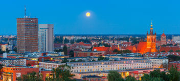 Flyg- panorama av Gdansk på natten, Polen fotografering för bildbyråer