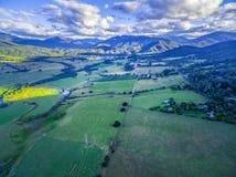 Flyg- panorama av härlig australisk jordbruks- bygd på solnedgången Kiewa dal, Victoria, Australien Arkivbilder