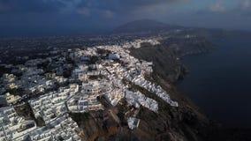 Flyg- panorama av Imerovigli och Skaros vaggar, Santorini stock video