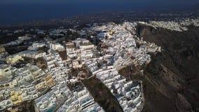 Flyg- panorama av Imerovigli och Skaros vaggar, Santorini arkivfilmer
