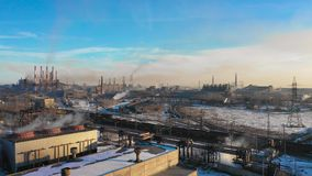 Flyg- panorama av industribyggnader, lott av arbetsplatser och framkallad infrastruktur av växten, i motsats lager videofilmer