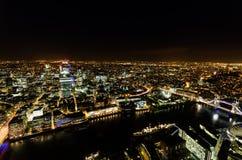 Flyg- panorama av London på natten Arkivfoto