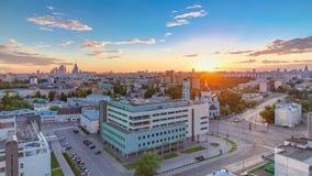 Flyg- panorama av Moskva på solnedgångtimelapse från tak Skyskrapor Kreml står högt och kyrkor, stalin hus på lager videofilmer