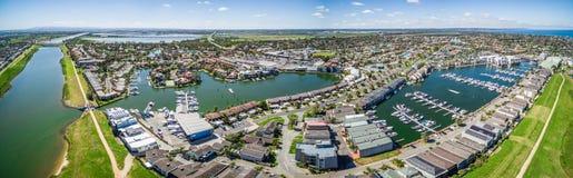 Flyg- panorama av Patterson Lakes förort och floden, Melbourne, Arkivbild