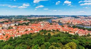 Flyg- panorama av Prague, Tjeckien Arkivbild
